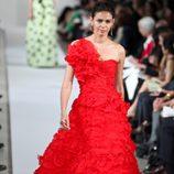 Vestido largo rojo de la Colección Crucero 2013 de Oscar de la Renta
