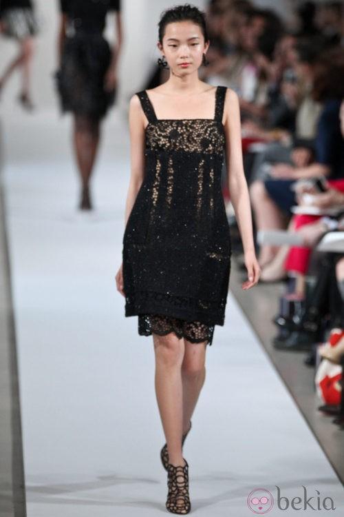 Vestido negro de tirantes de la Colección Crucero 2013 de Oscar de la Renta