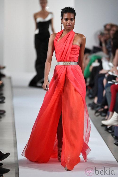 Vestido rojo con escote asimétrico de la Colección Crucero 2013 de Oscar de la Renta