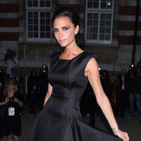 Victoria Beckham usando uno de los vestidos de su propia firma en color negro