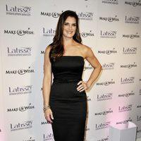 Brooke Shields con un vestido de Victoria Beckham en color negro