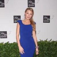 Blake Lively con un vestido azul de la firma Victoria Beckham