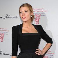 Blake Lively con un vestido negro de la firma Victoria Beckham