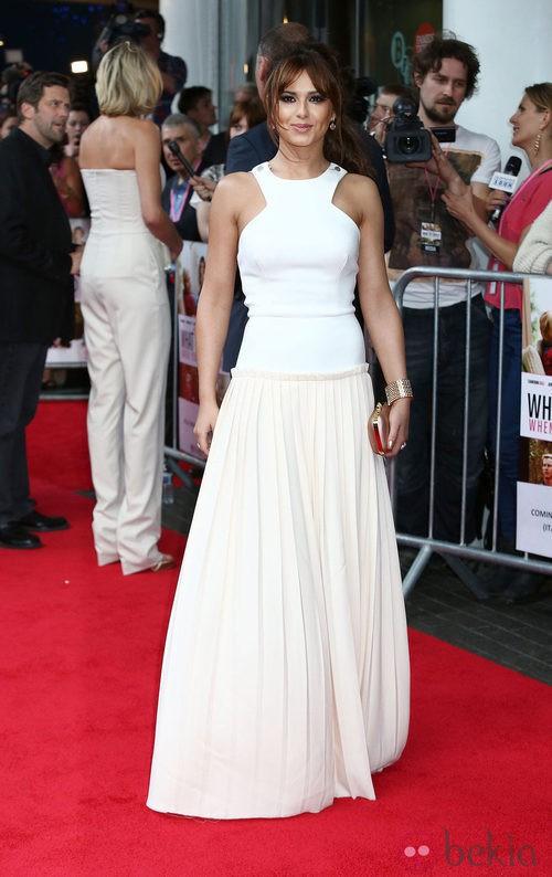 Cheryl Cole con un vestido largo blanco de Victoria Beckham