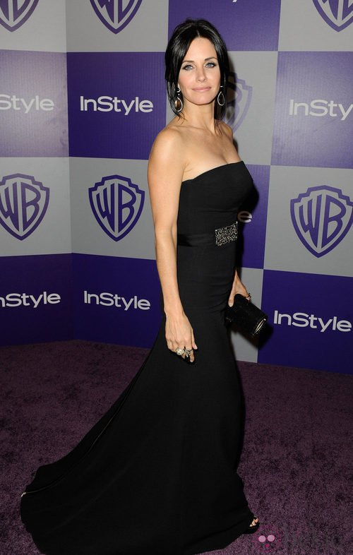 Courteney Cox con un vestido negro de la firma de Victoria Beckham