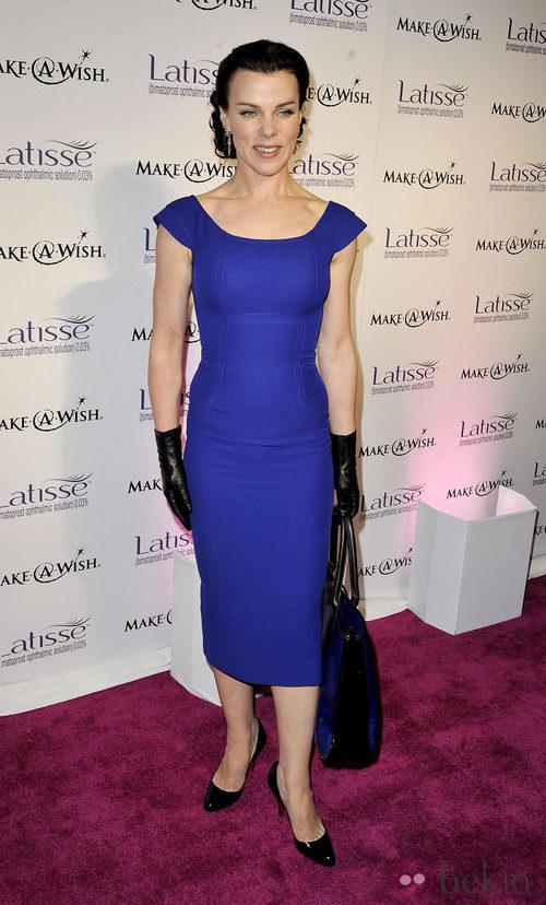 Debi Mazar con un vestido azul de Victoria Beckham