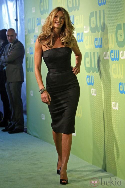 Elle Macpherson con un vestido en negro muy ajustado de Victoria Beckham