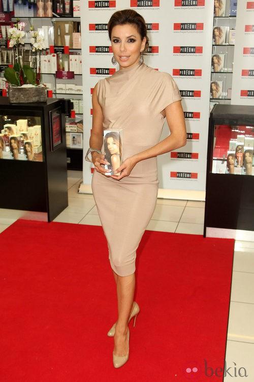 Eva Longoria uciendo un vestido de Victoria Beckham