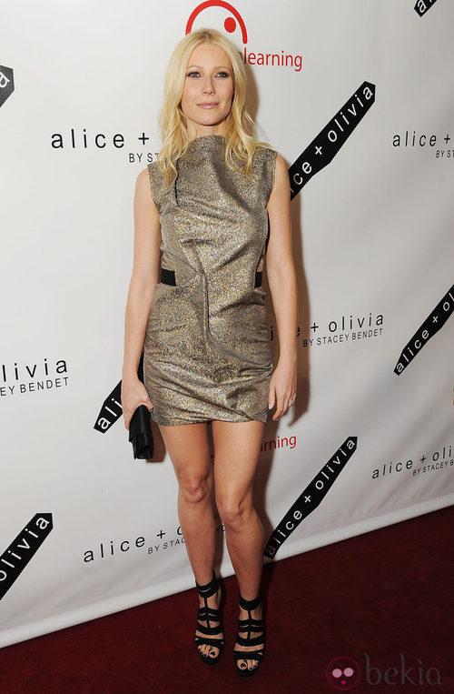 Gwyneth Paltrow con un vestido dorado de Victoria Beckham