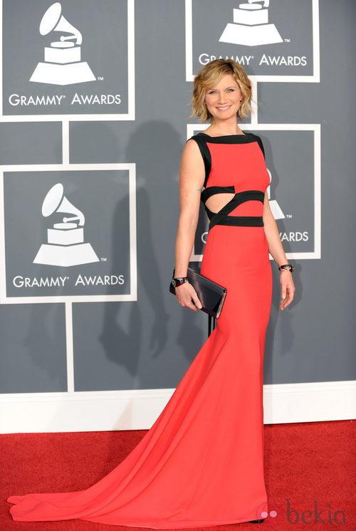Jennifer Nettles con un vestido coral de Victoria Beckham
