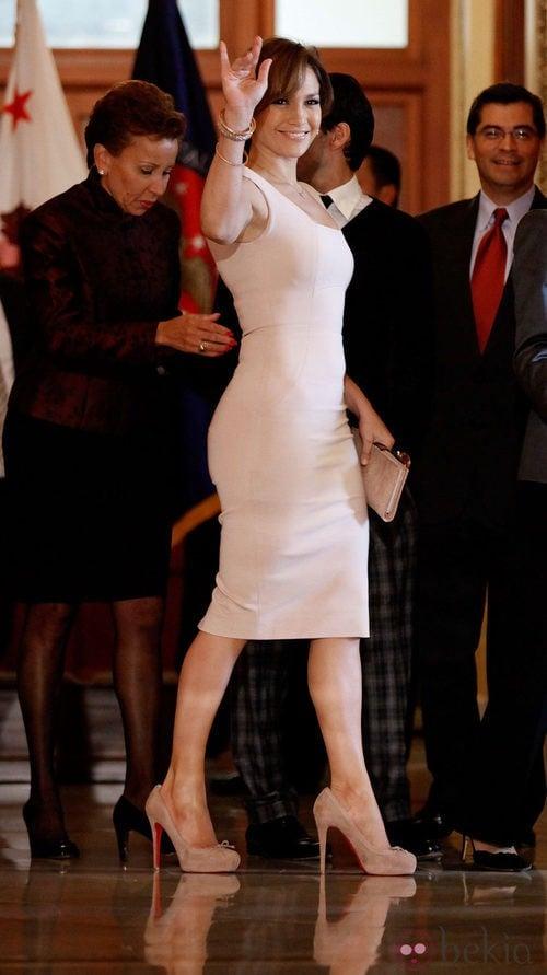 Jennifer Lopez con un vestido en tonos neutros de Victoria Beckham