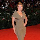 Kate Winslet con un vestido en color champán de Victoria Beckham