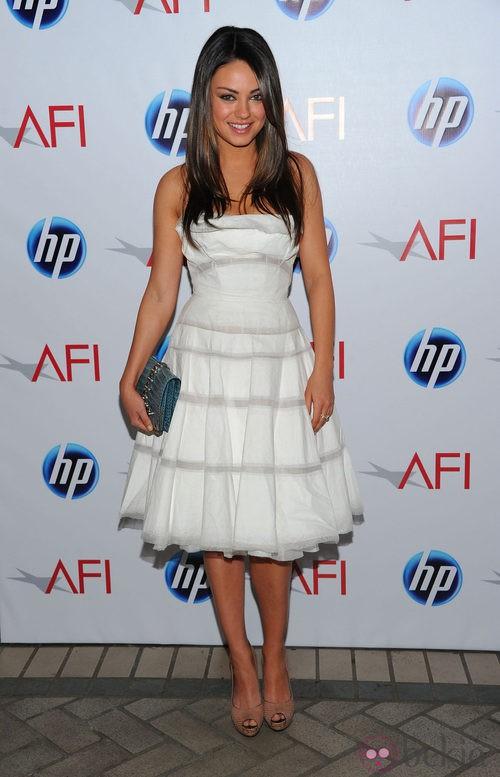 Mila Kunis con un vestido blanco de Victoria Beckham