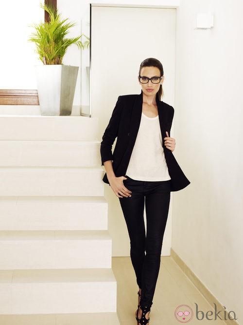 Nieves Álvarez, embajadora de la firma, con lentes Transitions y un look muy elegante