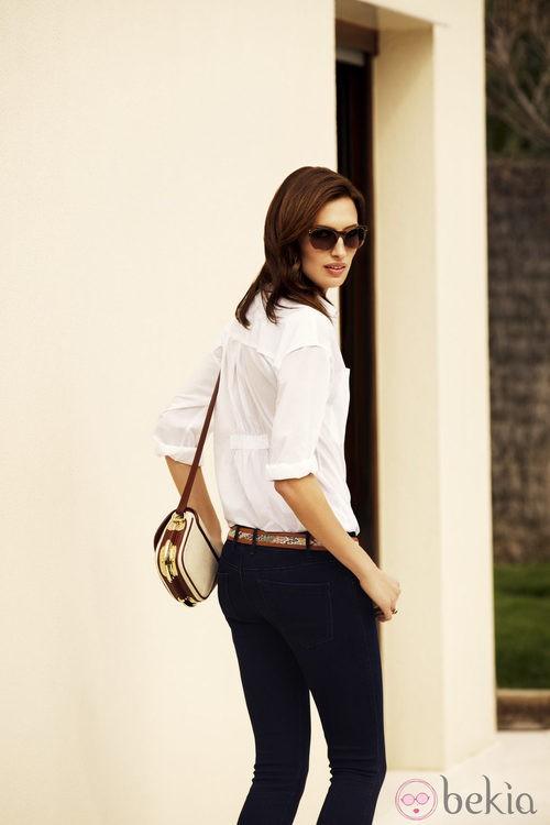 Nieves Álvarez, embajadora de la firma, con lentes Transitions y look elegante