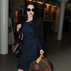 Dita Von Teese con gafas de sol y bolso de Louis Vuitton