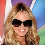 Elle Macpherson posando con gafas de sol