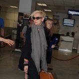 Tilda Swinton con gafas de sol en un aeropuerto en Francia