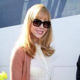 Nicole Kidman posando con sus gafas de sol