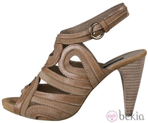 Sandalias en tono beige de la colección primavera/verano 2012 de Lorena Carreras