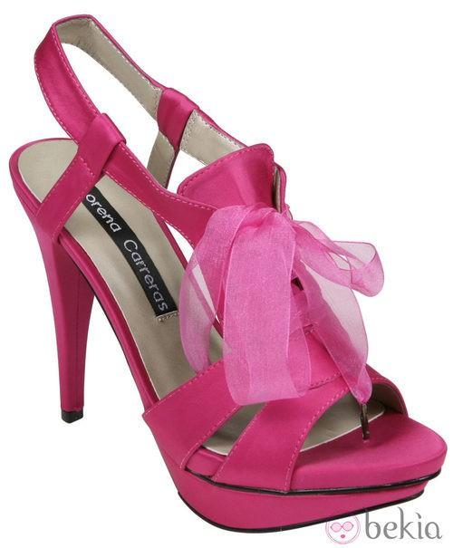 Sandalias en color fucsia con lazo de la colección primavera/verano 2012 de Lorena Carreras