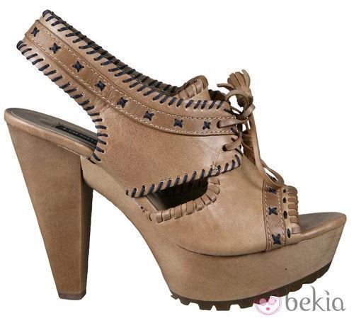 Zapatos color camel de la colección primavera/verano 2012 de Lorena Carreras