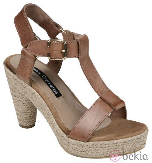 Sandalias de estaprto en tono camel de la colección verano 2012 de Lorena Carreras