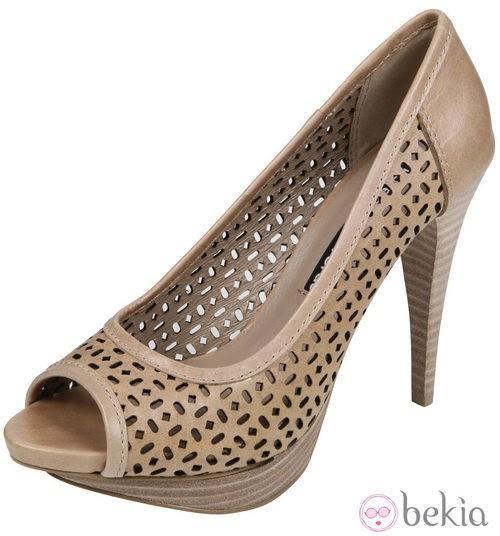 Zapatos peep toe en tono beige de la colección verano 2012 de  Lorena Carreras