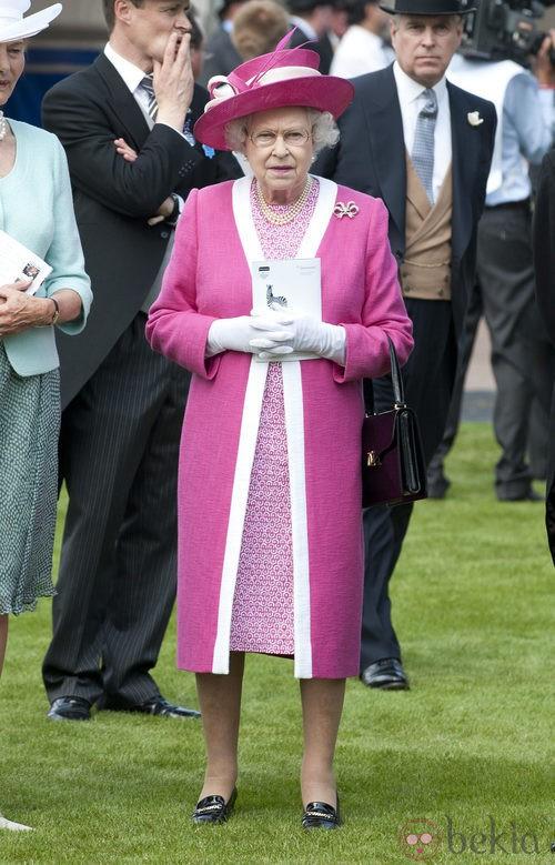 La Reina Isabel II con un llamativo modelo rosa fucsia y blanco