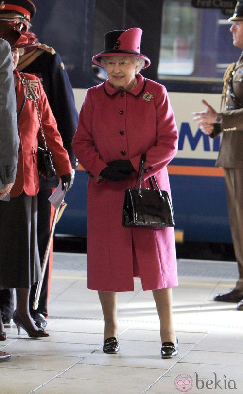 La Reina Isabel II con un look fucsia de cashemire