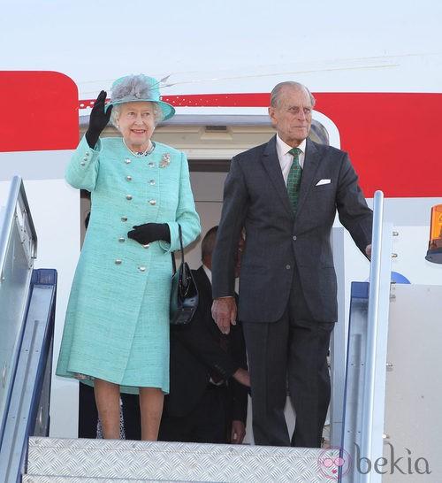 La Reina Isabel II con un traje en color aguamarina