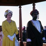 La Reina Isabel II con vestido lady amarillo y sombrero de flores