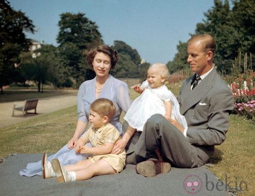 La Reina Isabel II de Inglaterra con vestido de gasa en color violeta