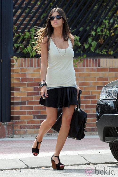 Sara Carbonero con un look casual paseando por las calles de Madrid