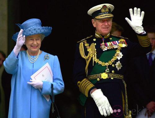 La Reina Isabel II  de Inglaterra con un llamativo traje azul