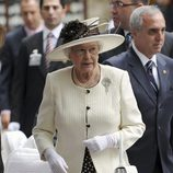 La Reina Isabel II de Inglaterra con un conjunto 'black and white' de lunares