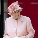 La Reina Isabel II de Inglaterra con un conjunto rosa pastel