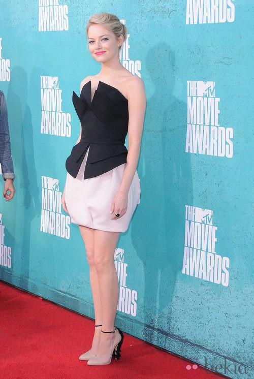 Emma Stone con un vestido de dos piezas silueta peplum en la alfombra roja de los MTV Movie Awards 2012