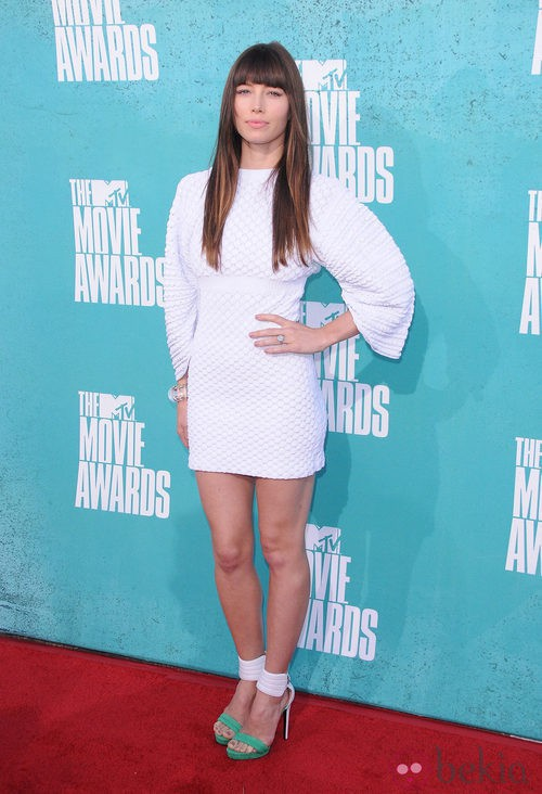 Jessica Biel con un vestido blanco de Chanel en la alfombra roja de los MTV Movie Awards 2012