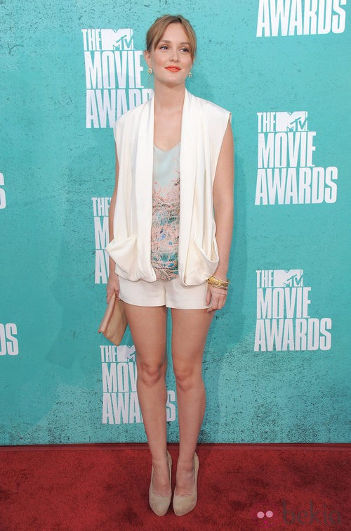 Leighton Meester con shorts blanco y camisa estampada en la alfombra roja de los MTV Movie Awards 2012