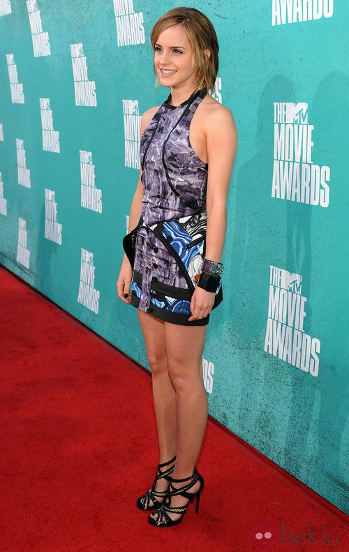 Emma Watson con un minivestido estampado en la alfombra roja de los MTV Movie Awards 2012