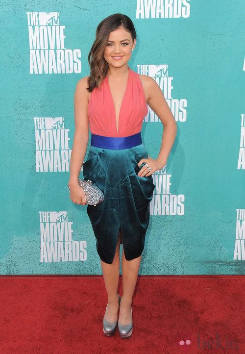Lucy Hale con un vestido en tonos coral y verde en la alfombra roja de los MTV Movie Awards 2012