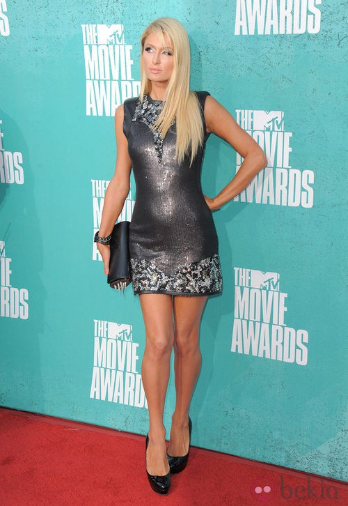 Paris Hilton con un minivestido plateado en la alfombra roja de los MTV Movie Awards 2012