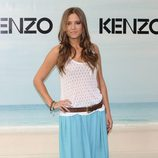 Ana Fernández con una maxifalda en color aguamarina en la Kenzo Summer Party 2012