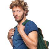Camiseta azul con mochila verde de la colección verano 2012 de Chevignon