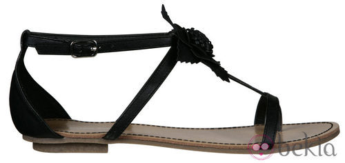 Sandalia plana negra de la nueva colección de Alex Silva verano 2012