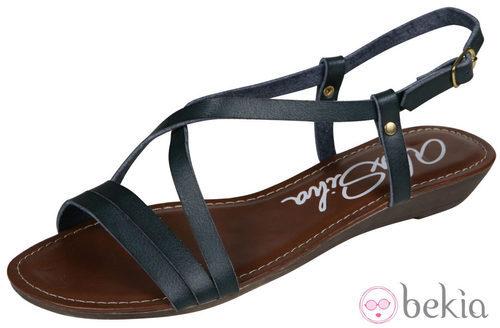 Sandalia plana negra de piel de la nueva colección de Alex Silva verano 2012