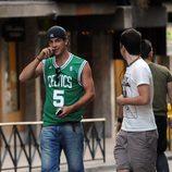 Mario Casas paseando con una camiseta de los Celtics