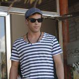 Mario Casas con una camiseta de rayas marinera