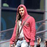 Mario Casas con una chaqueta roja de punto